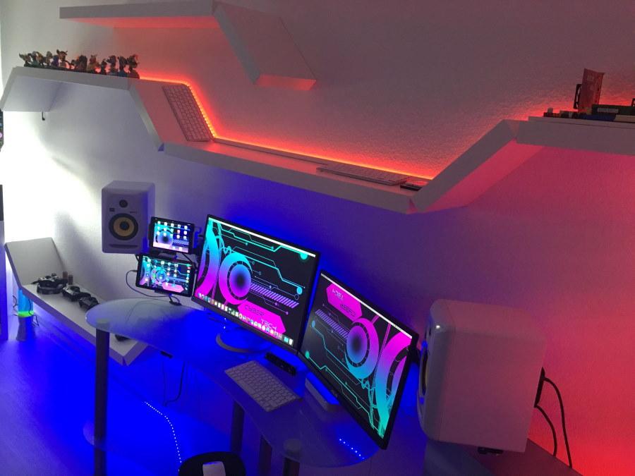 Полка с подсветкой на столом ПК геймера