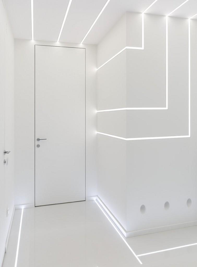 Линейные светильники в интерьере прихожей в стиле хай-тек