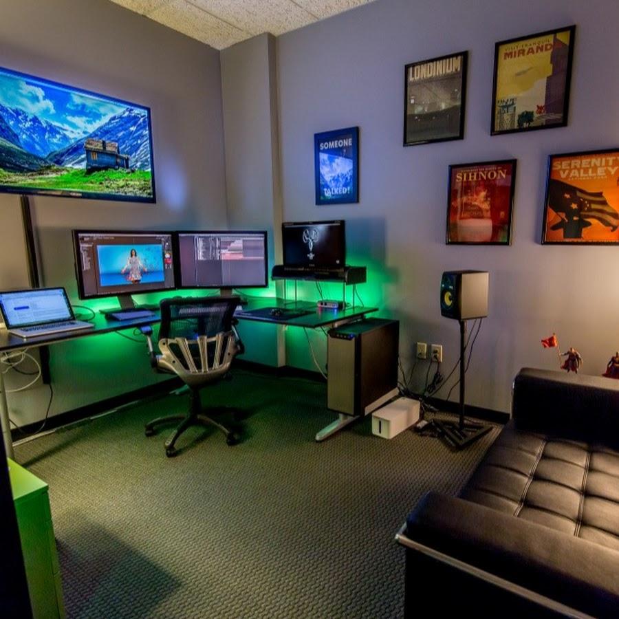 Стол для геймера в комнате подростка