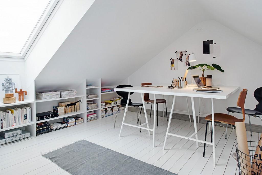 Белый кабинет в мансарде частного дома