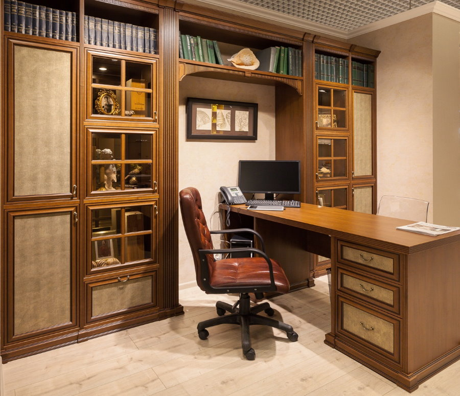 Удобные шкафы с застекленными дверцами