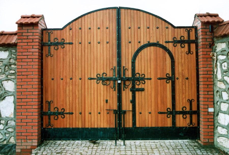 Деревянная обшивка дворовых ворот с калиткой