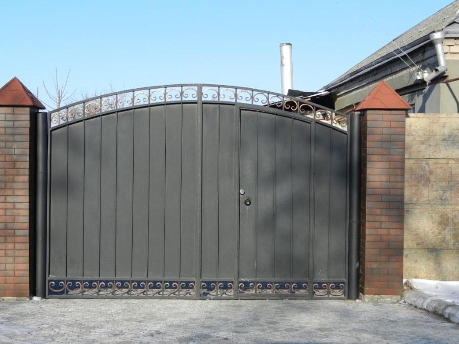 Распашные ворота с калиткой и ажурными элементами