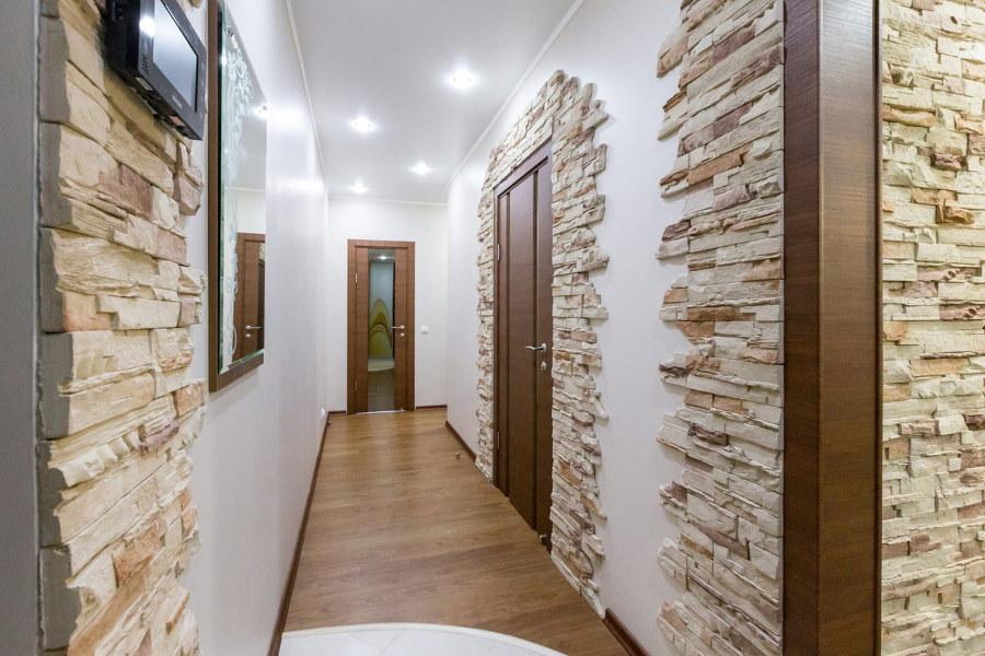 Декор искусственным камнем стен в узком коридоре
