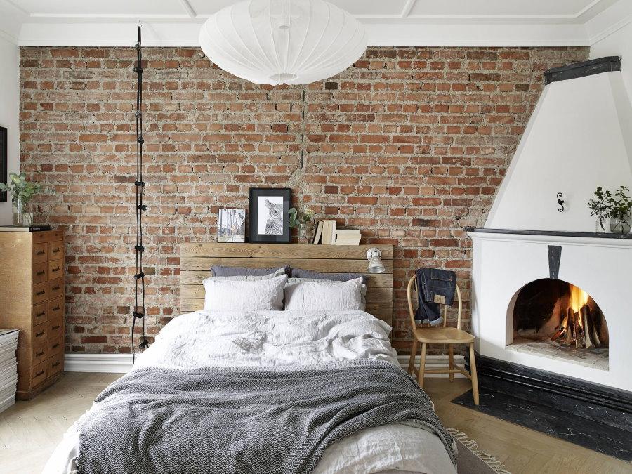 Настоящий камин в спальном помещении