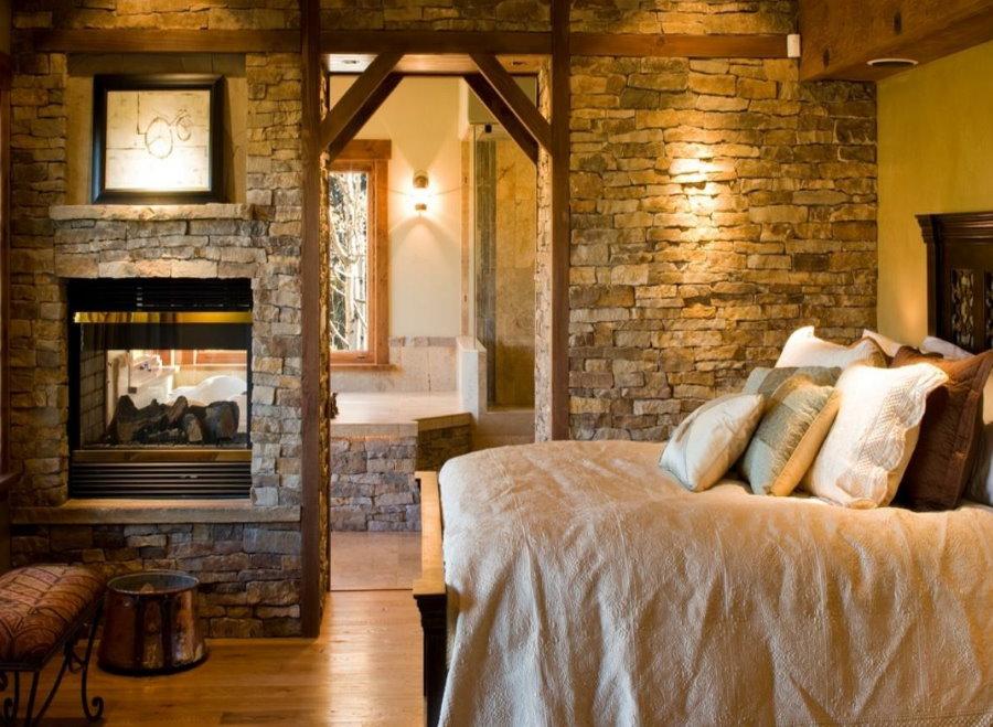 Встроенный камин в перегородки спальни в деревенском стиле