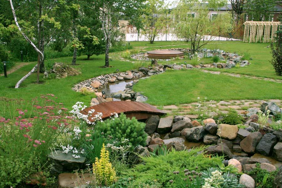 Каменистые берега искусственного ручья на даче