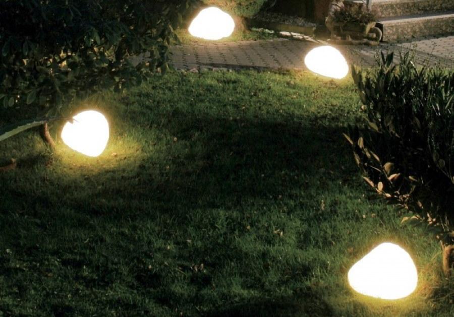 Искусственные камни с подсветкой в ночном саду
