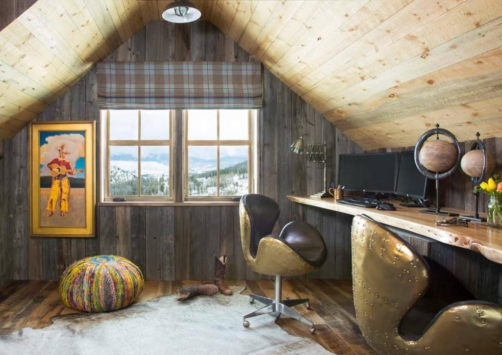 Письменный стол в мансардной комнате