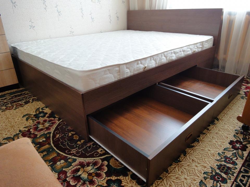 Каркасная кровать с выдвижными ящиками