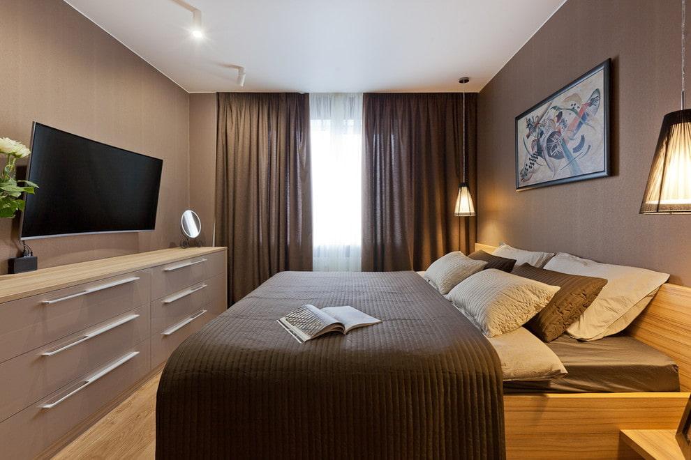Картина на коричневых обоях в спальне
