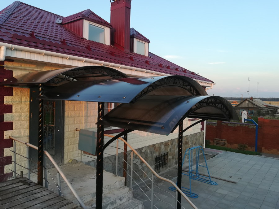 Каскадный навес из поликарбоната над крыльцом загородного дома