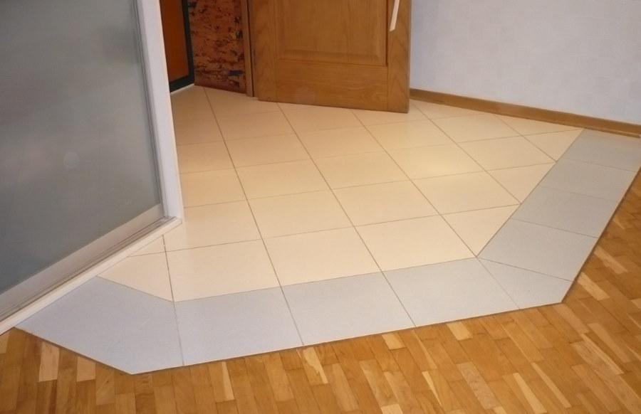 Керамическая плитка перед дверью в прихожей