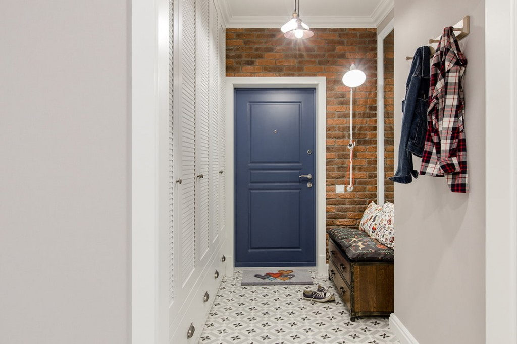 Кирпичная стена над дверью в маленьком коридоре