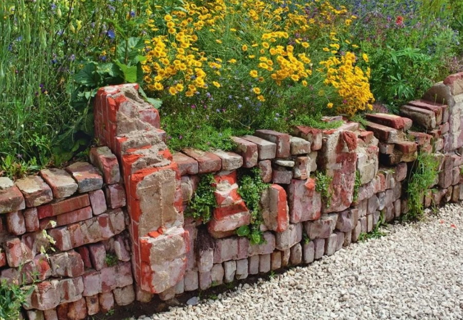 Стильные руины из кирпича в ландшафтном дизайне