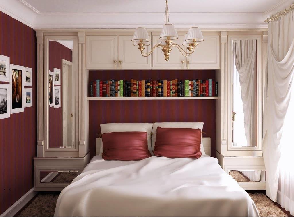 Книжная полка в спальне классического стиля