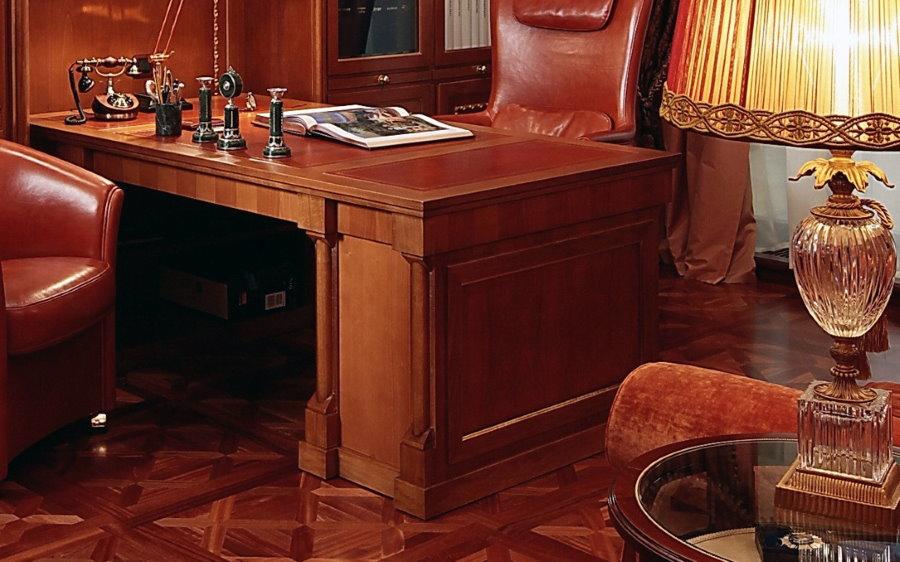 Стол из массива дерева в рабочем кабинете