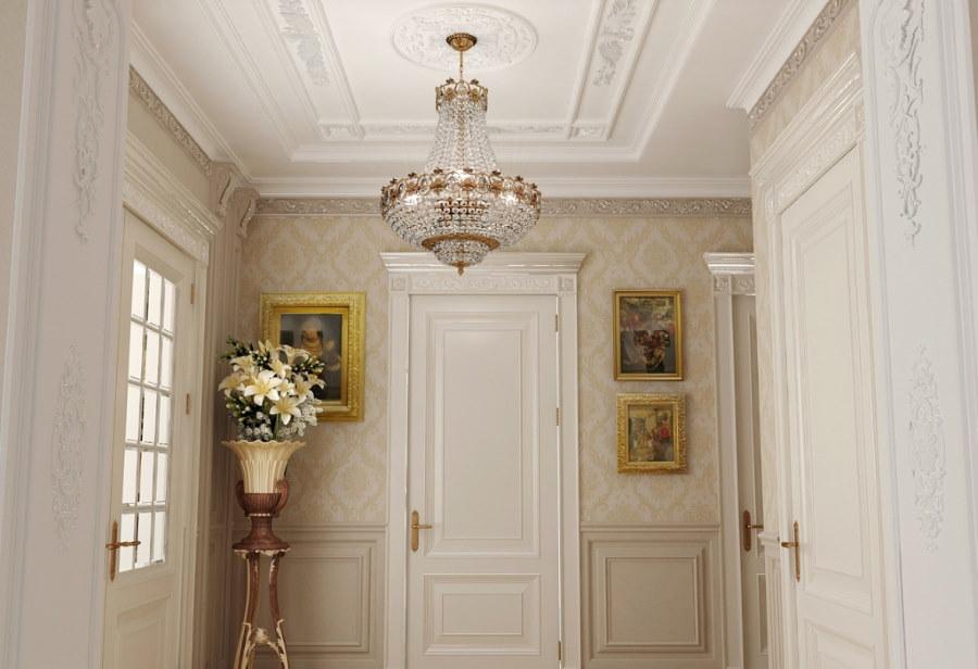 Хрустальная люстра в интерьере коридора