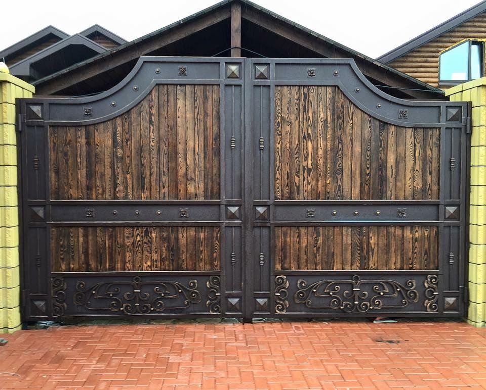 Деревянные вставки на металлических воротах