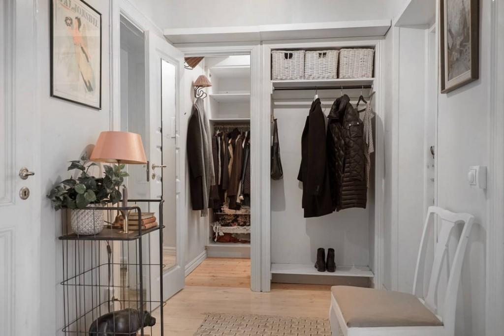 Комбинированный гардероб в прихожей с белыми стенами