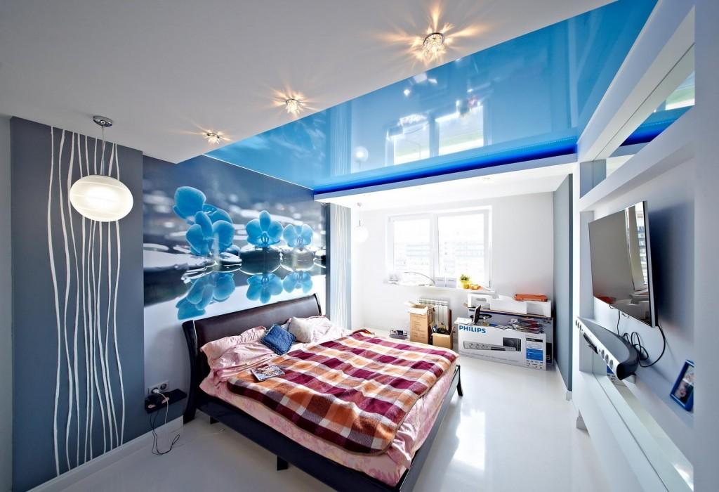 Голубой натяжной потолок в спальне с белым полом