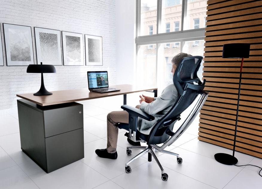 Удобное кресло в рабочем кабинете молодого человека