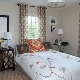 комната с двумя окнами на разных стенах фото декор