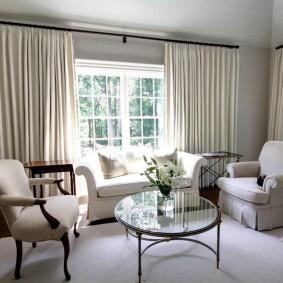 комната с двумя окнами на разных стенах идеи интерьер