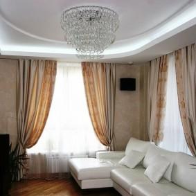 комната с двумя окнами на разных стенах фото оформления