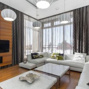 комната с двумя окнами на разных стенах декор идеи