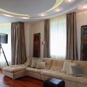 комната с двумя окнами на разных стенах идеи