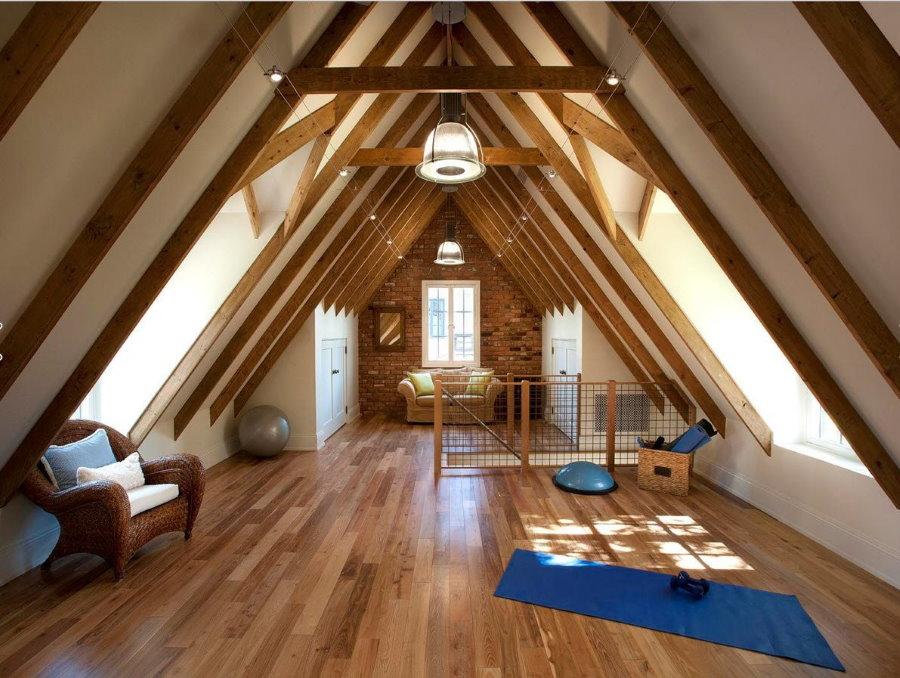 Деревянные балки в интерьере мансардной комнаты