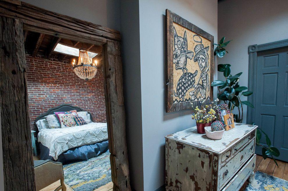 Старый комод в спальне с напольным зеркалом