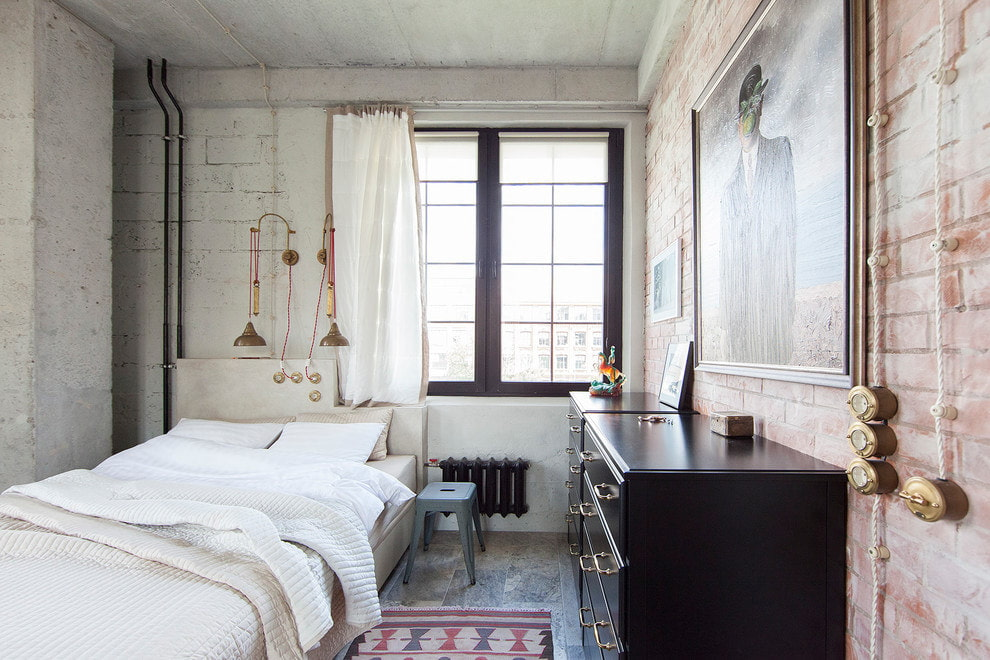 Полированные комоды в спальне индустриального стиля