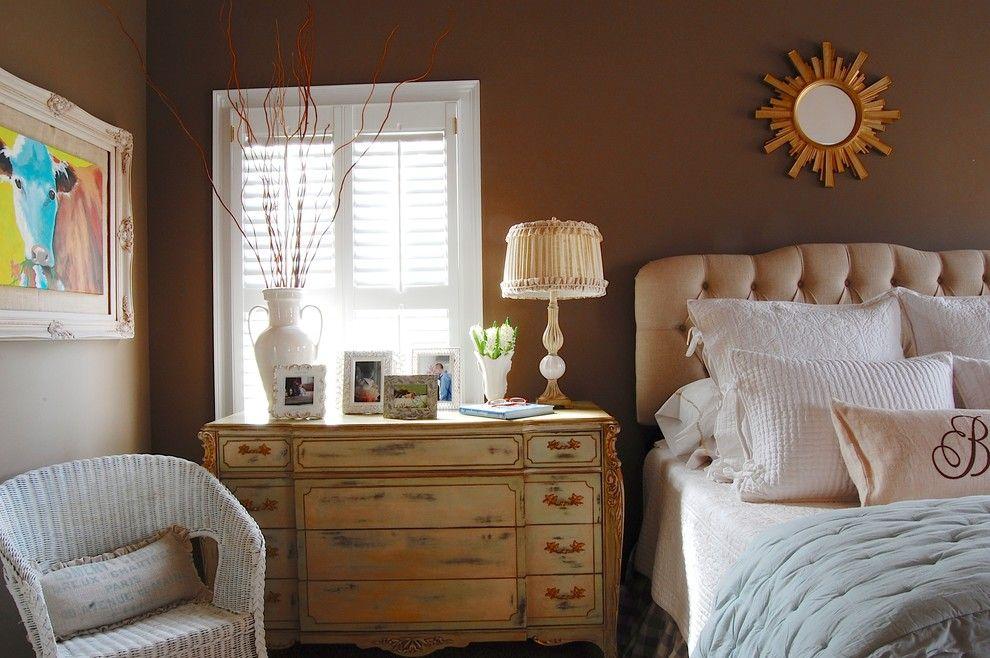 Комод с резьбой в маленькой спальне