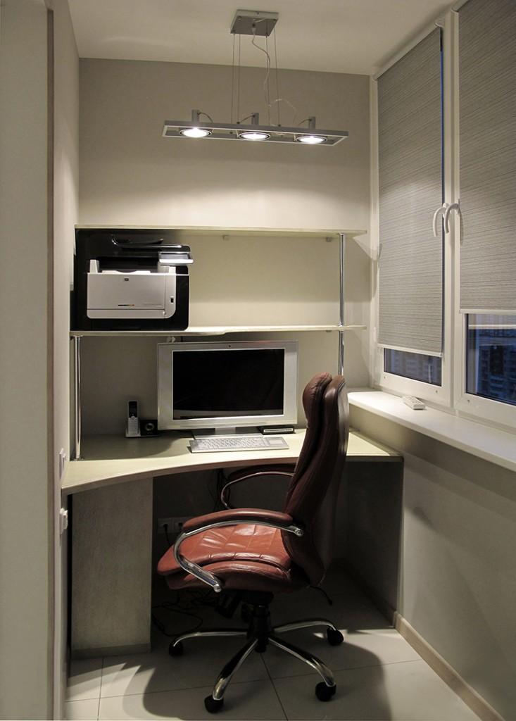 Компьютерный стол на утепленной лоджии