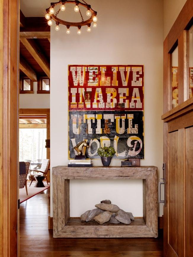 Деревянная консоль в прихожей под постером