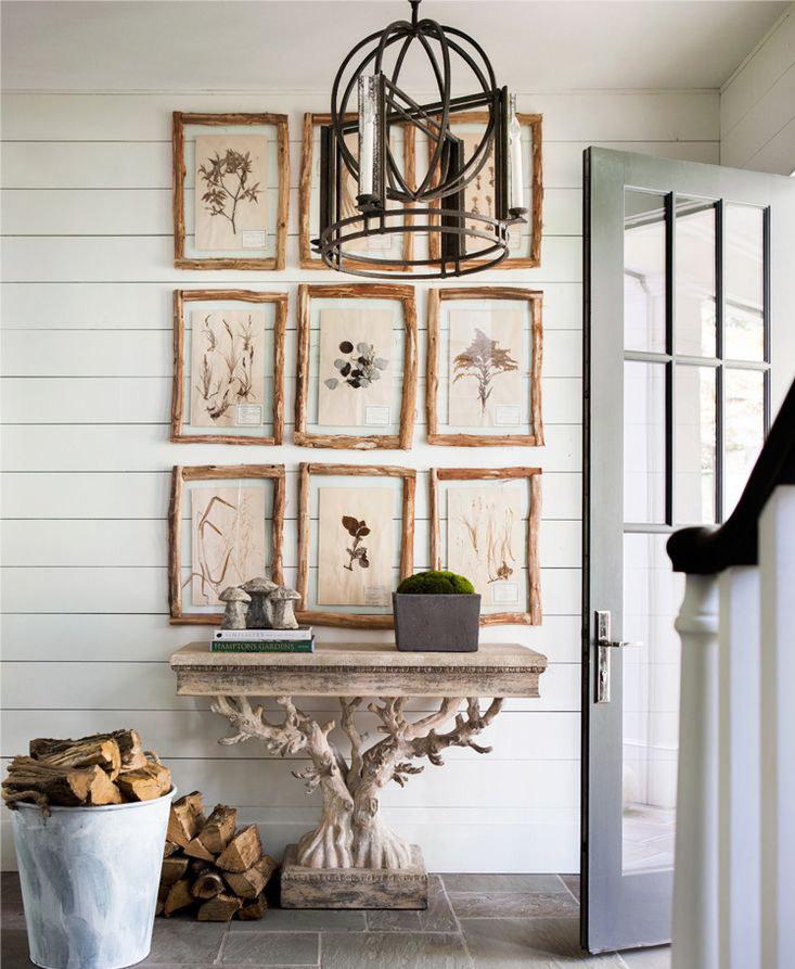 Деревянная консоль с резьбой в коридоре частного дома
