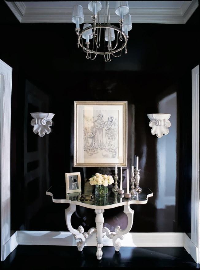 Консольный столик с резными ножками в темном коридоре