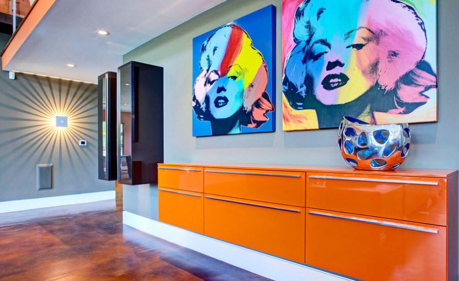 Оранжевая консоль-тумба в прихожей стиля поп-арт