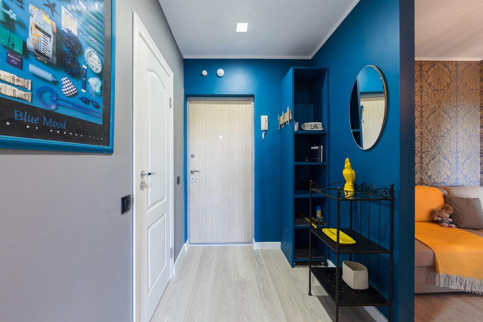 Синяя перегородка в коридоре хрущевки с 3 комнатами