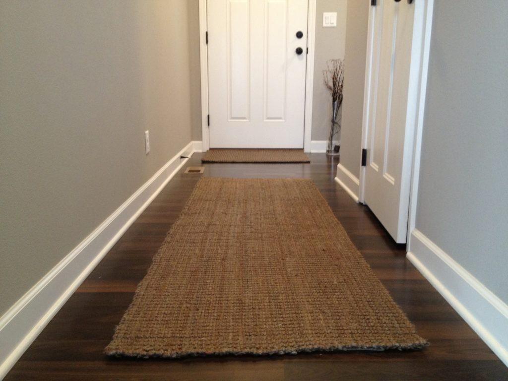 Толстые коврики на ламинированном полу коридора
