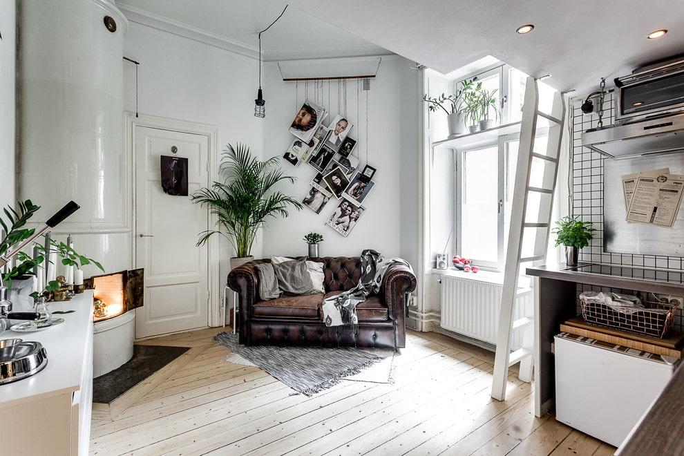 Небольшой кожаный диван в гостиной скандинавского стиля