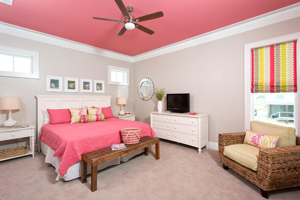 Розовый потолок в спальне девушки