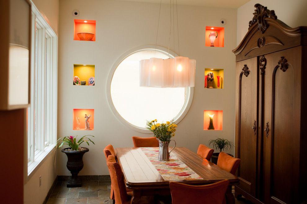 Красивая подсветка квадратных ниш в стене столовой