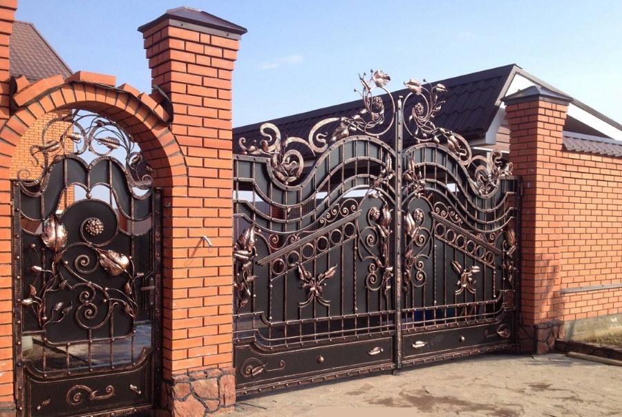 Кованные ворота на кирпичных столбах