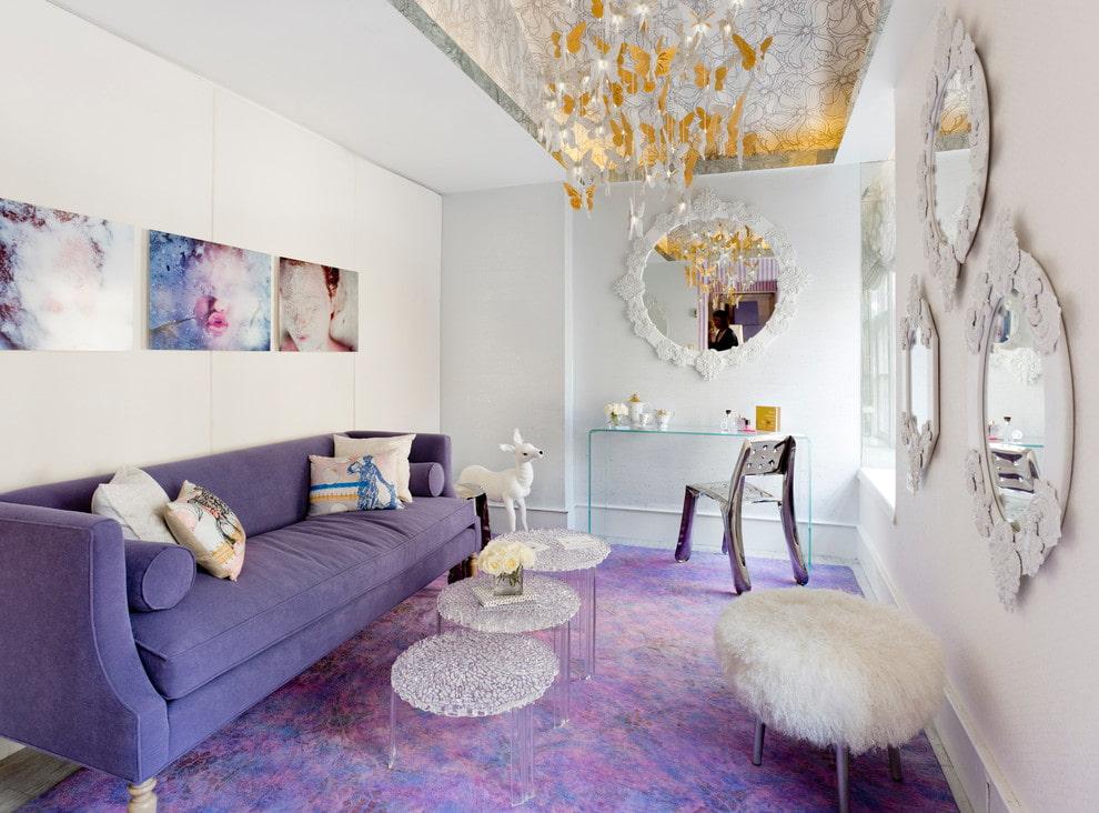 Узкий диван в комнате с красивыми зеркалами