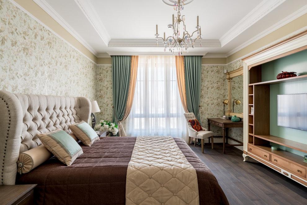 Стеклянная люстра на верхнем уровне потолка спальни