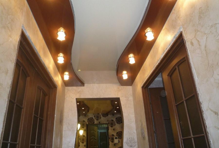 Красивый потолок в небольшом коридоре