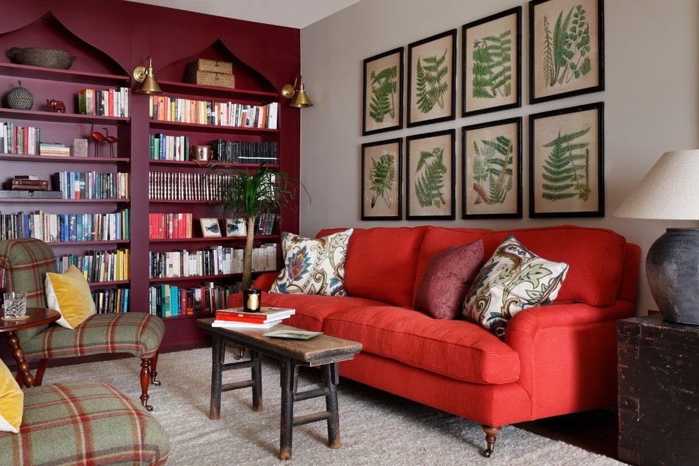 Красный диван в маленькой гостевой комнате